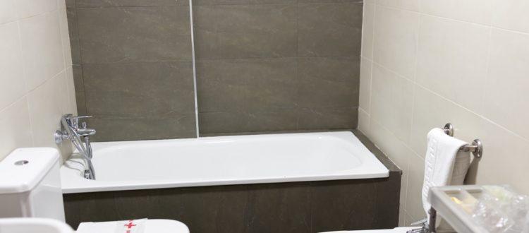 Baño con bañera - Hotel Mena Plaza ** | Hotel en Nerja