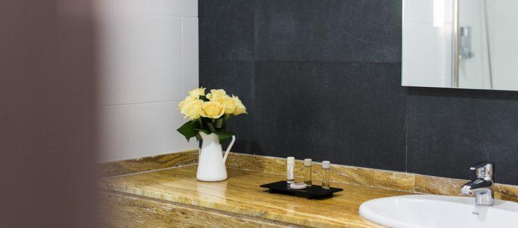 Cuarto de baño habitación estandar - Hotel Mena Plaza ** | Hotel en Nerja